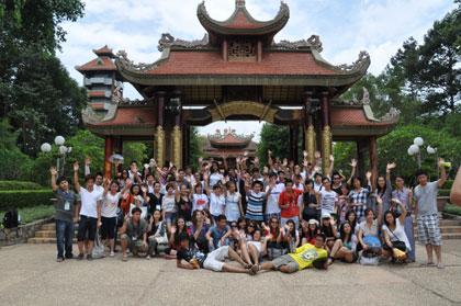 Đoàn Trại hè Việt Nam thăm Củ Chi- đất thép anh hùng
