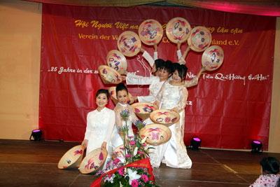 Xây dựng thế hệ tương lai cộng đồng Việt kiều