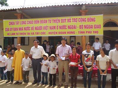 Tặng quà cho học sinh và đồng bào nghèo tại xã Tây Cốc