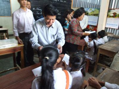 Thăm và tặng quà cho Việt kiều và người nghèo Campuchia