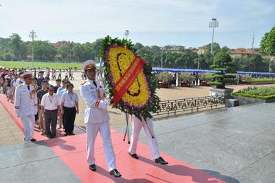 Trại hè Việt Nam 2012: Viếng Lăng Bác và thăm Văn Miếu-Quốc Tử Giám