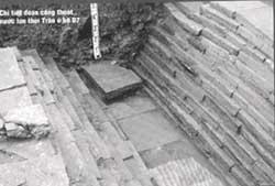 Những vết tích kiến trúc đáng lưu ý tại hố D2 và D7