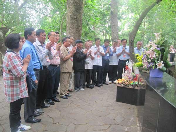 Đoàn kiều bào thăm Khu Di tích Đá Chông và Đền thờ Chủ tịch Hồ Chí Minh