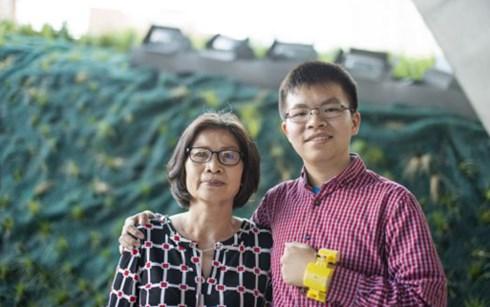 Thiếu niên Canada gốc Việt phát minh thiết bị cảnh báo trụy tim vì mẹ