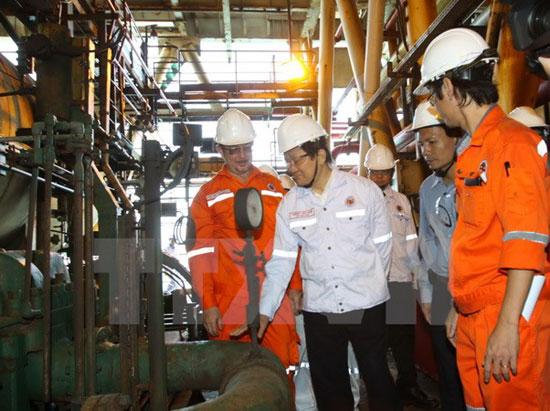 Chủ tịch nước thăm cán bộ nhân viên mỏ dầu Bạch Hổ