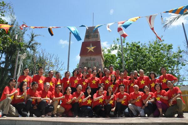 Đoàn kiều bào thăm quân dân huyện Đảo Trường Sa 2016