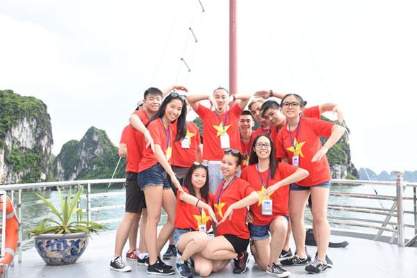 Đại biểu Trại hè Việt Nam 2016 thích thú khám phá Vịnh Hạ Long