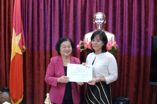Bà Trương Mỹ Hoa trao thư cảm ơn cho cán bộ ĐSQ đã ũng hộ cho Quỹ ''Vì Hoàng Sa, Trường Sa thân yêu''