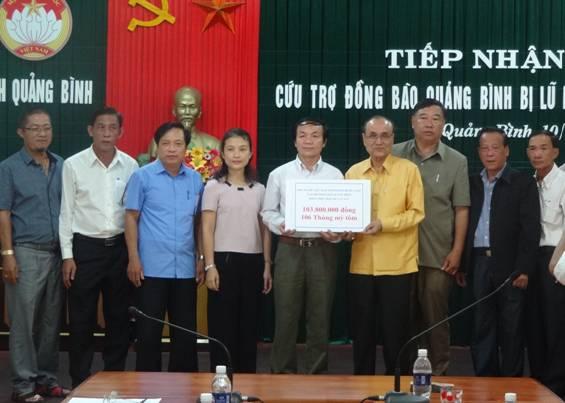 Cộng đồng người Việt Nam tại các tỉnh Trung Lào ủng hộ đồng bào miền Trung