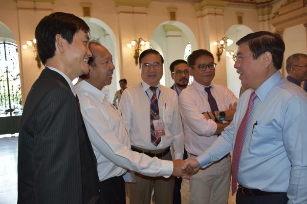 Chủ tịch UBND TP Hồ Chí Minh Nguyễn Thành Phong trò chuyện cùng đại biểu kiều bào