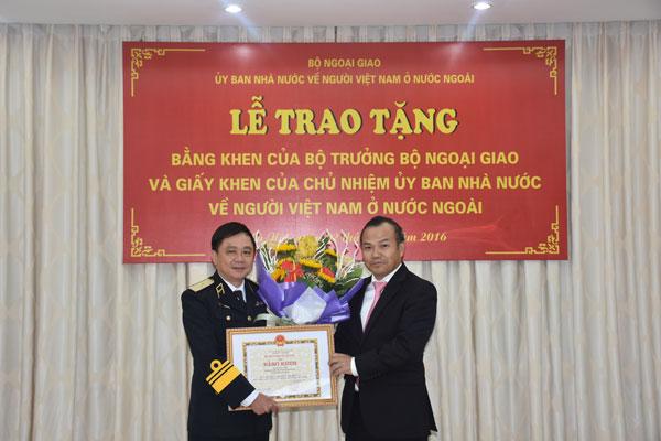Trao tặng Bằng khen của Bộ trưởng Bộ Ngoại giao và Giấy khen của Chủ nhiệm Ủy ban Nhà nước về NVNONN cho các cán bộ chiến sĩ Hải quân