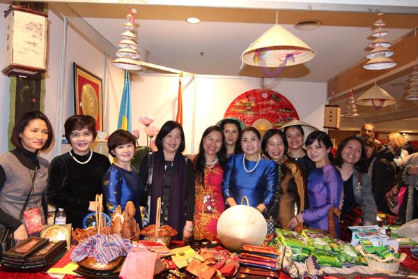 ĐSQ Việt Nam tham gia Hội chợ từ thiện tại Ucraina