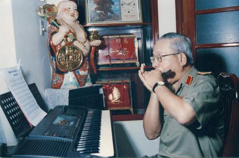 """Vị Tướng 20 năm """"ôm"""" máy trợ tim vẫn đam mê âm nhạc"""