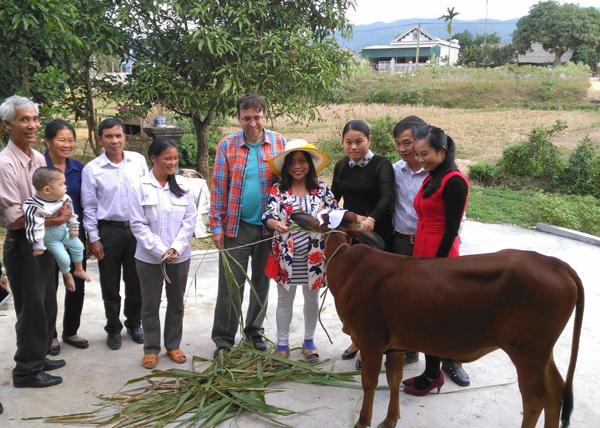 Hội măng non CHLB Đức trao bò sinh sản cho nạn nhân chất độc da cam ở Phú Thọ.