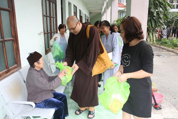 Tin ảnh: Đoàn Phật tử kiều bào Anh làm từ thiện tại quê hương