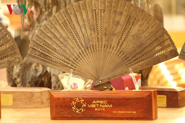 Quạt trầm hương Khánh Hòa được chọn làm quà tặng đại biểu dự APEC