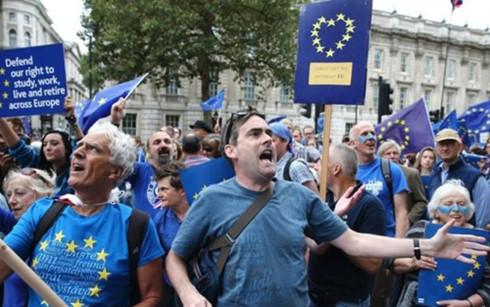 Hàng nghìn người Anh tuần hành phản đối việc rời EU