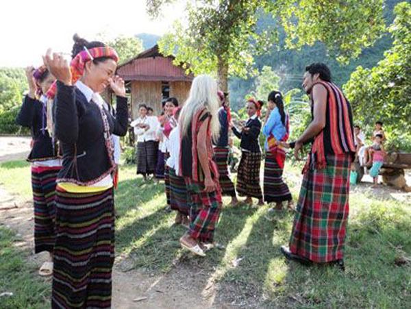 Hát dân ca trong đám cưới của người Bru - Vân Kiều