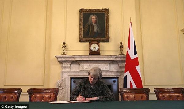 """Thủ tướng Anh ký bức thư lịch sử """"chào tạm biệt"""" EU"""