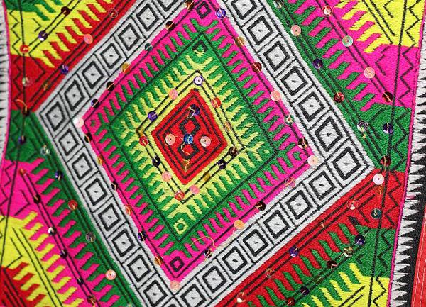 """Nghệ thuật trang trí khăn """"Piêu"""" của người Thái ở Điện Biên"""