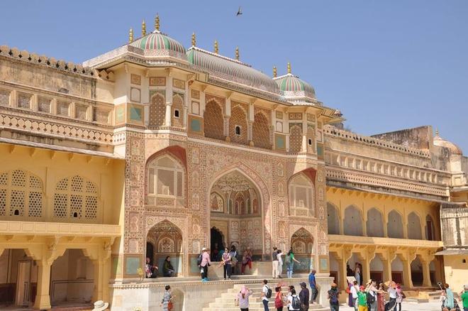 Pháo đài Ấn Độ cho phép du khách cưỡi voi ngắm cảnh