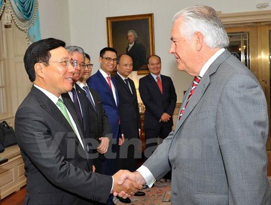 Phó Thủ tướng trao thư mời Tổng thống Mỹ Trump dự APEC 2017
