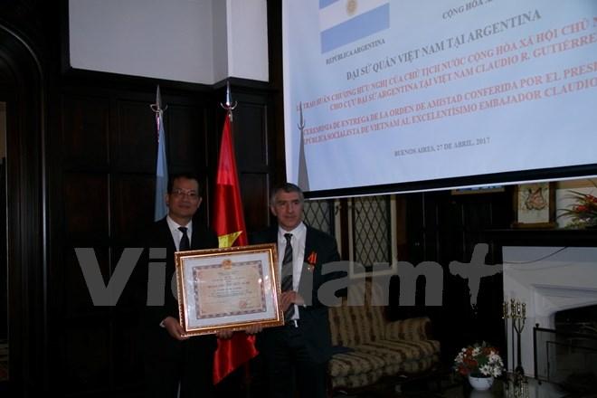Trao Huân chương Hữu nghị cho cựu Đại sứ Argentina tại Việt Nam