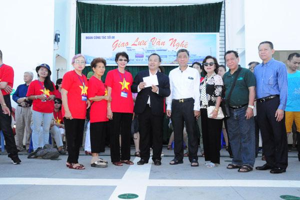 Bà con kiều bào trao tiền quyên góp ủng hộ quân dân huyện đảo Trường Sa