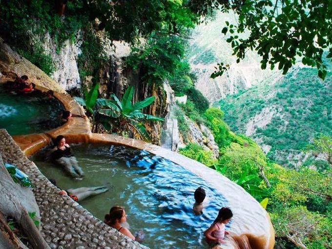 Bể bơi vô cực dưới chân núi lửa Mexico