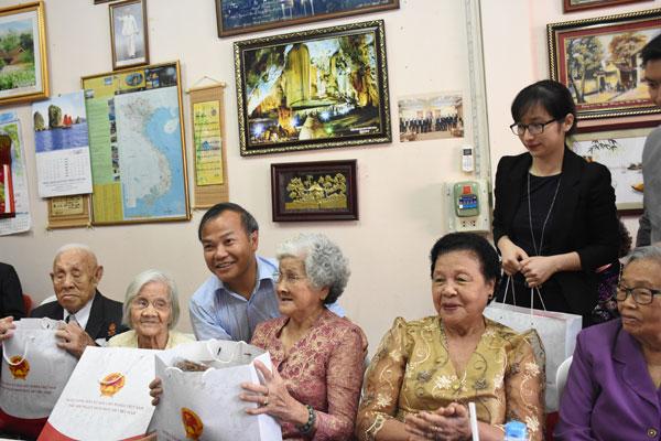 Thứ trưởng Vũ Hồng Nam thăm người Việt tại tỉnh Nong Khai, Thái Lan
