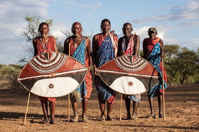 Bộ tộc săn sư tử lấy đuôi tại châu Phi