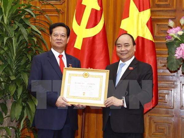 Trao tặng Huy hiệu Đảng cho các đồng chí lãnh đạo, nguyên lãnh đạo