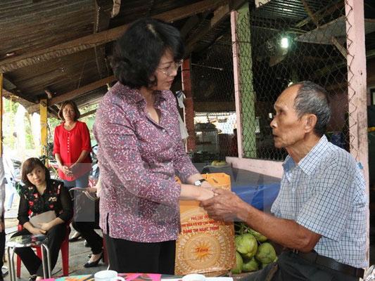 Phó Chủ tịch nước thăm, tặng quà gia đình chính sách tại huyện Côn Đảo