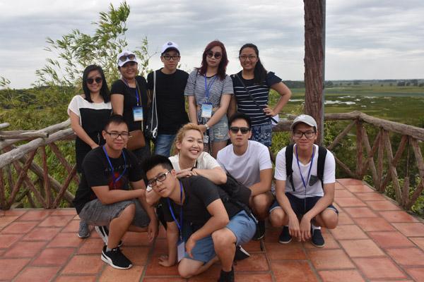Thanh niên kiều bào tham quan Vườn Quốc gia Tràm Chim