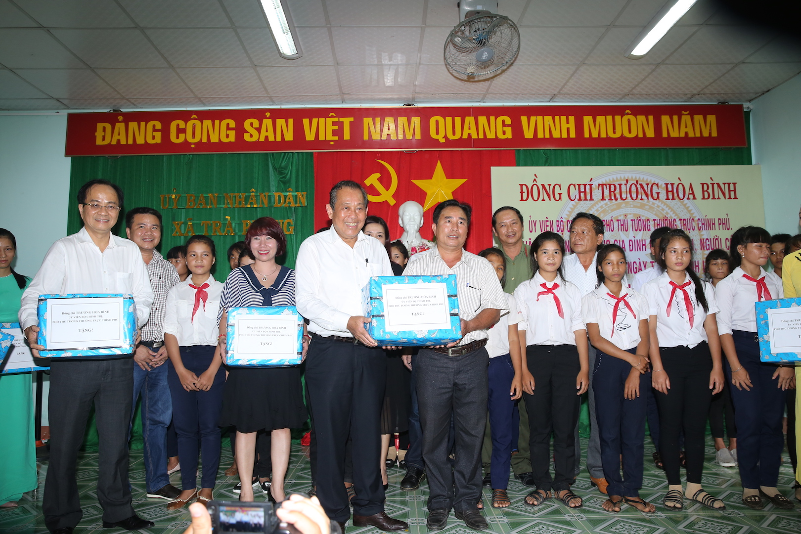 Phó Thủ tướng Thường trực Chính phủ thăm, tặng quà gia đình chính sách, học sinh hiếu học