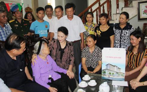 Chủ tịch Quốc hội thăm, tặng quà gia đình chính sách tại Hải Dương