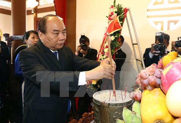 Thủ tướng Nguyễn Xuân Phúc dâng hương tưởng nhớ Bác Hồ tại Thái Lan