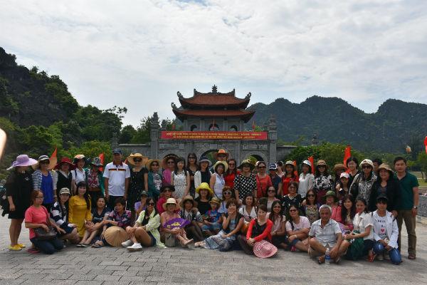 Đoàn giáo viên kiều bào đến với Cố đô Hoa Lư, Ninh Bình