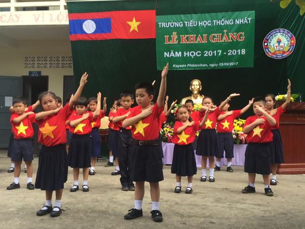 Các trường học của Hội người Việt Nam tại Trung Lào khai giảng năm học mới
