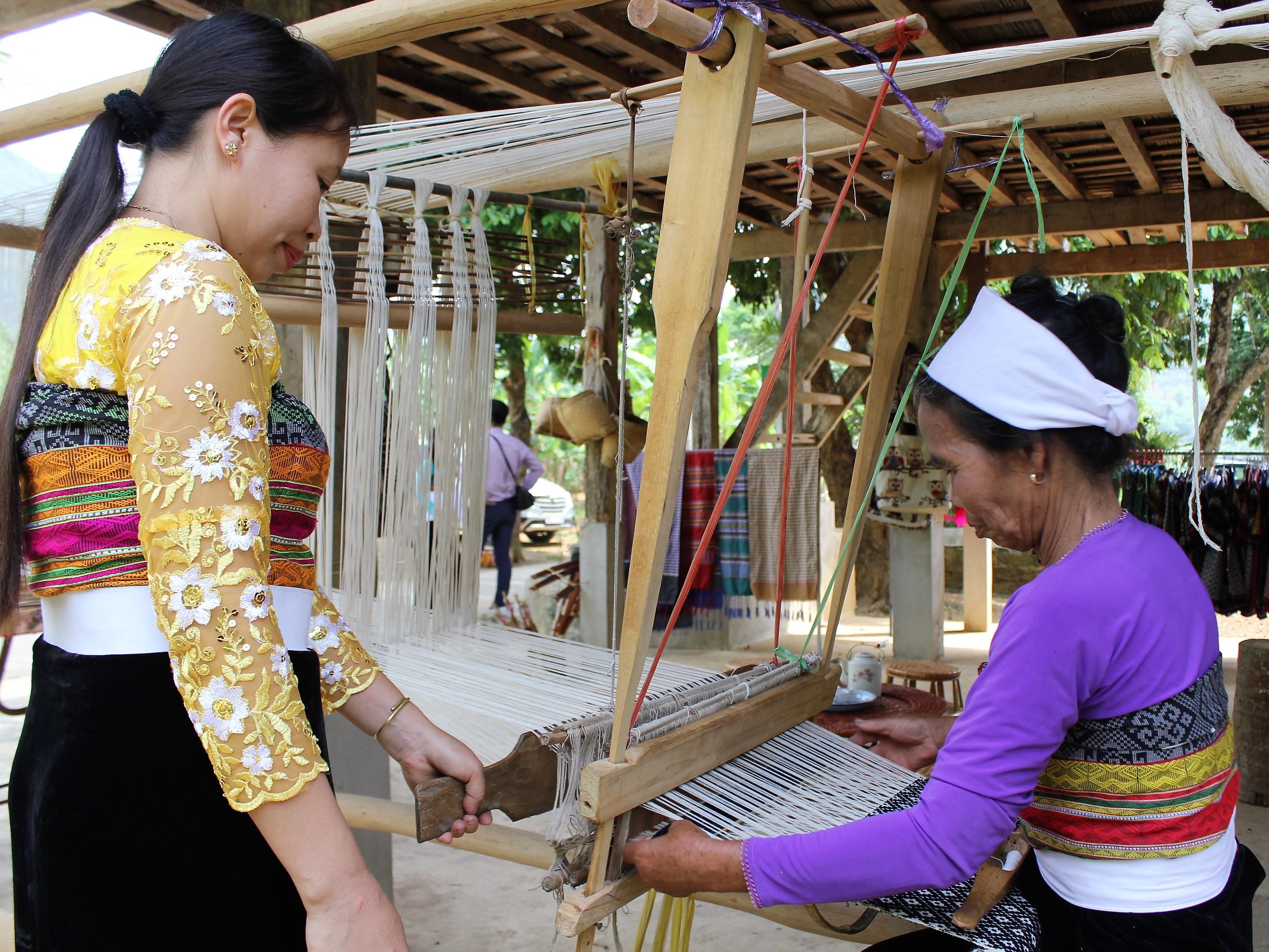 Những bàn tay giữ hoa văn truyền thống