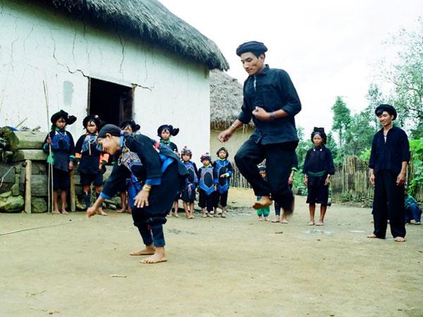"""Người Hà Nhì đen """"nhảy que"""" trong lễ hội cầu mùa"""