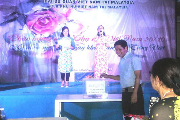 Đại sứ quán Việt Nam tại Malaysia quyên góp ủng hộ đồng bào bị lũ lụt