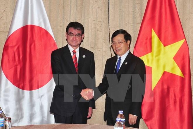 Phó Thủ tướng gặp Bộ trưởng Ngoại giao Nhật Bản và tiếp Giám đốc WEF