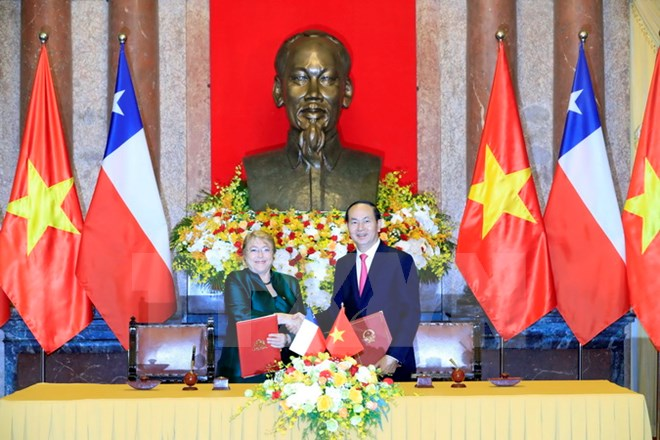 Chủ tịch nước và Tổng thống Chile chủ trì họp báo chung
