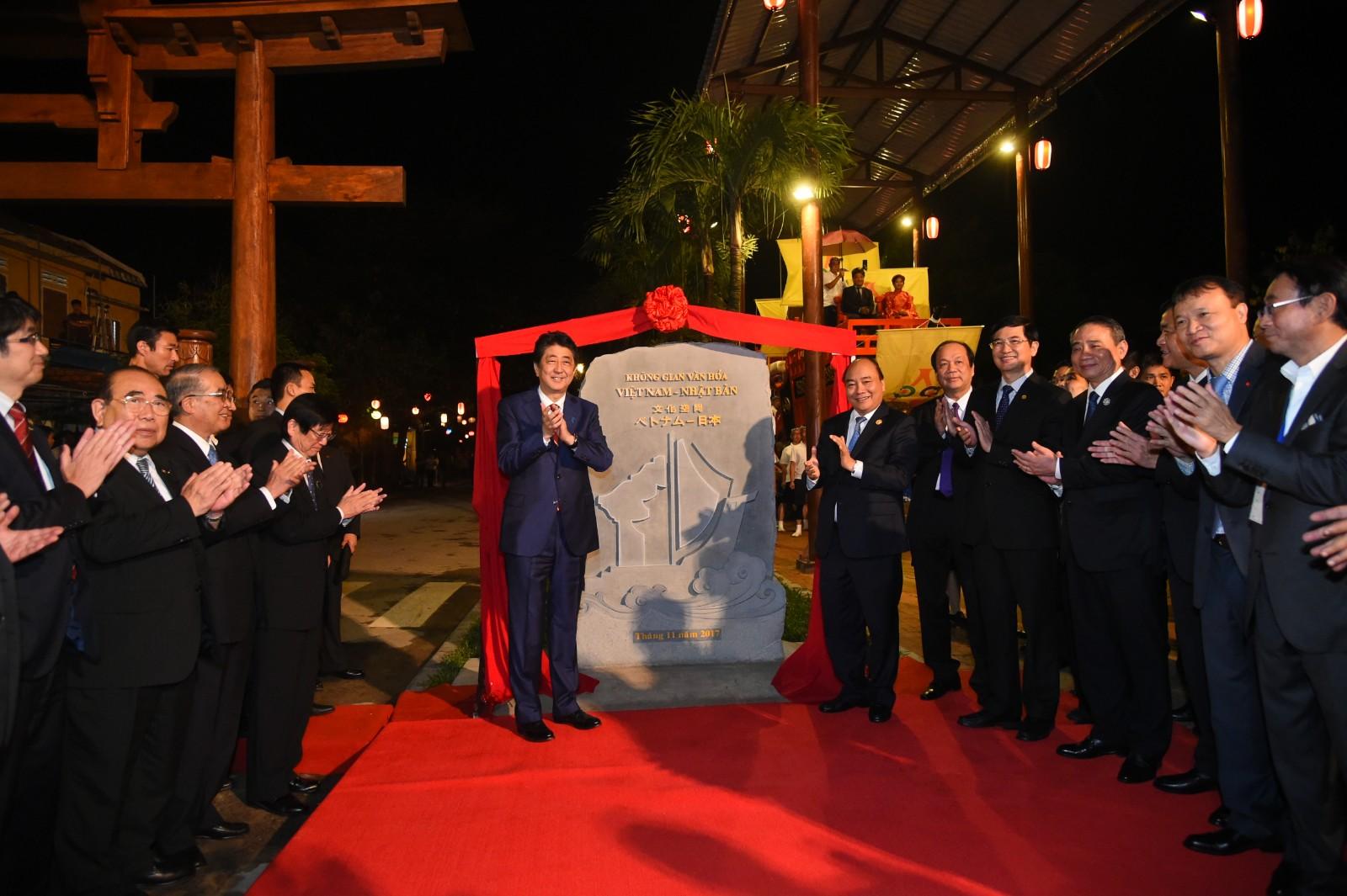 Thủ tướng Việt Nam, Nhật Bản tản bộ ở Hội An, tham quan
