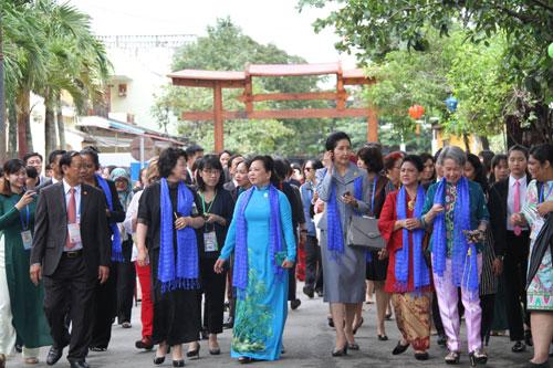 Phu nhân, phu quân lãnh đạo các nền kinh tế APEC thăm quan phố cổ Hội An