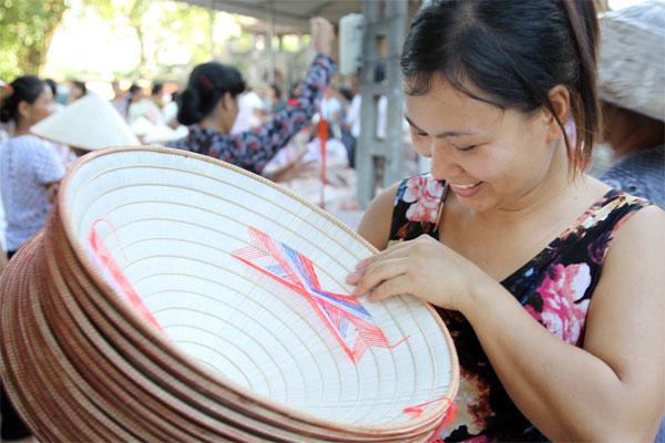 Nỗ lực giữ gìn và đưa nghề nón làng Chuông hội nhập