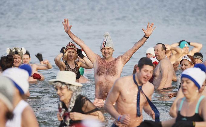 Người dân khắp thế giới lao xuống nước lạnh tắm chào năm mới