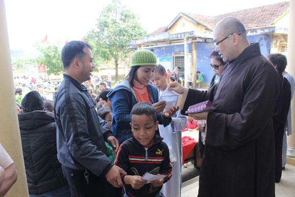 Phật tử kiều bào tại Anh trao quà từ thiện cho tỉnh Thừa Thiên Huế