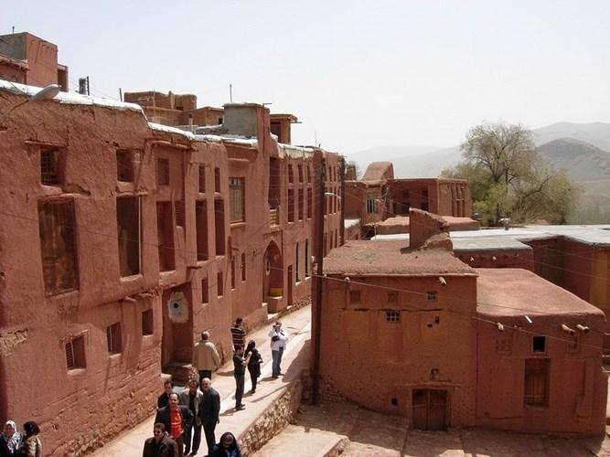 Ngôi làng bằng bùn đỏ nằm giữa sa mạc và núi đá từ thế kỷ 7